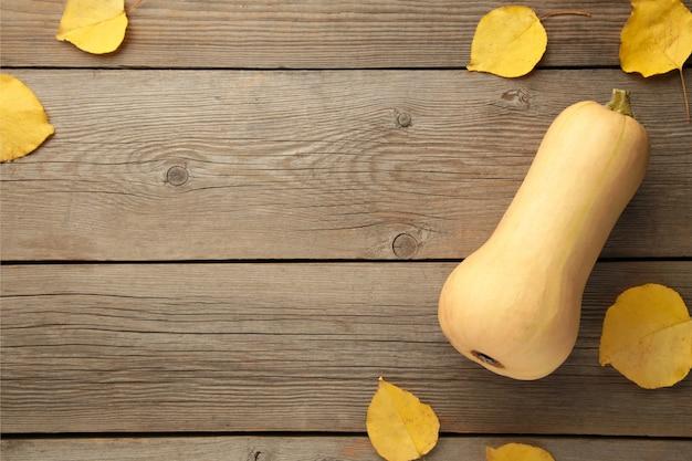 Herfst compositie. pompoenen, gedroogde bladeren op grijze achtergrond. herfst, herfst, halloween concept. platliggend, bovenaanzicht, vierkant, kopieerruimte