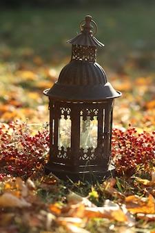 Herfst concept. gesmede lantaarn, op gele herfstbladeren herfst tijd
