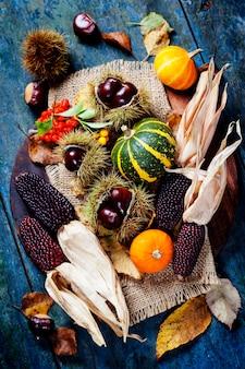 Herfst concept met seizoensgebonden groenten en fruit op een houten bord