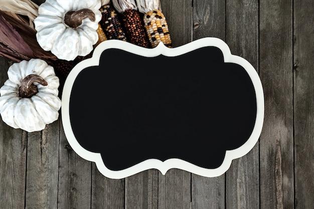 Herfst decor met frame op houten achtergrond voor seizoen vakantie