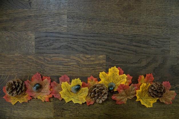 Herfst elementen in lijn op hout