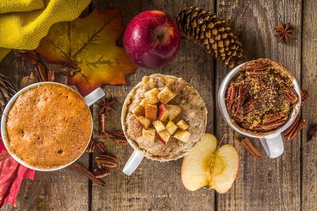 Herfst en winter zoet dessert. traditionele herfsttaarten, magnetronmoktaarten - mok pompoentaart, appelkruimeltaart, taart met pecannotenmok