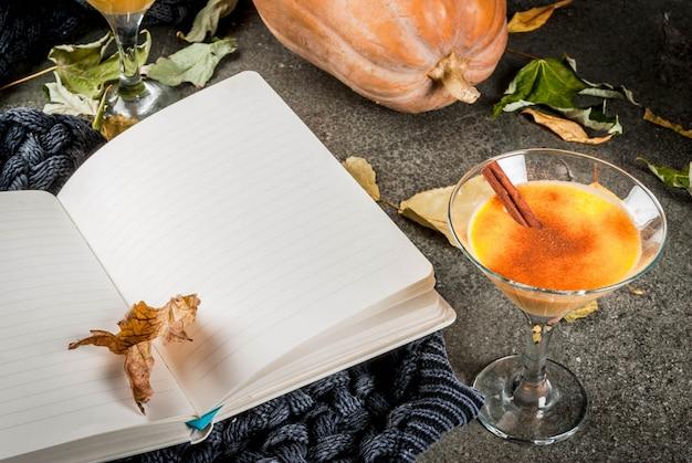 Herfst- en winterdranken. thanksgiving en halloween-cocktails. pompoentaart margarita met kaneelstokje,.