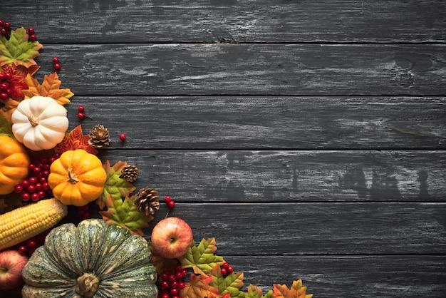 Herfst esdoorn bladeren met pompoen en rode bessen