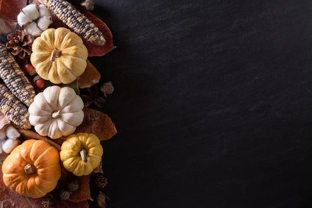 Herfst esdoorn bladeren met pompoenen