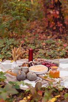 Herfst familie picknick met taart, pompoen, thee