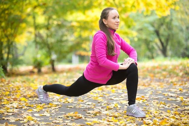 Herfst fitness buitenshuis: oefeningen met hoge lunge