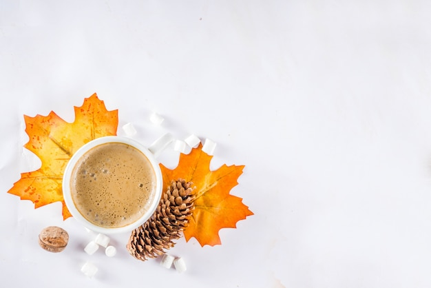 Herfst flatlay met cappuccino of warme chocolademelk