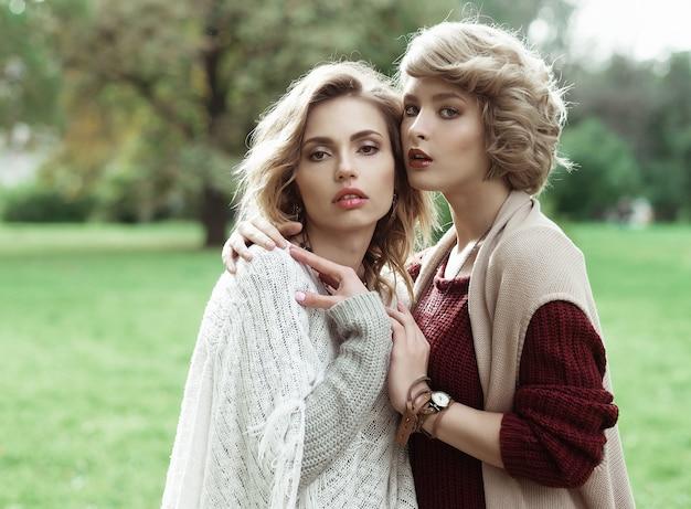 Herfst. foto van twee mooie vrouwen in het park.