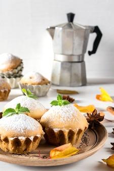 Herfst gebakjes. zelfgemaakte cupcakes met poedersuiker met kaneelstokjes, anijs sterren en herfstbladeren