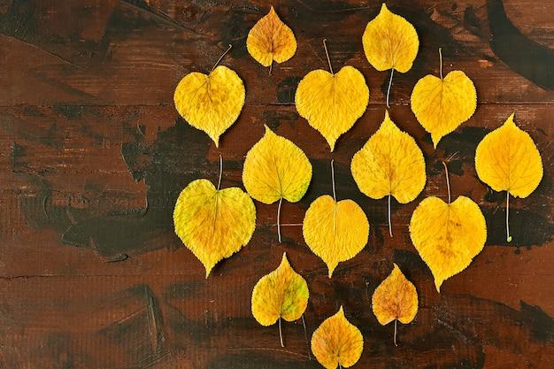 Herfst gele boom laat op een houten tafel hallo herfst
