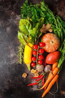 Herfst groenten tafel. pompoen, courgette, zoete aardappelen, wortelen en bieten op donkere tafel.