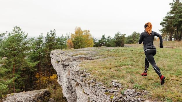 Herfst hardlopen buiten trainen dicht bij een klif