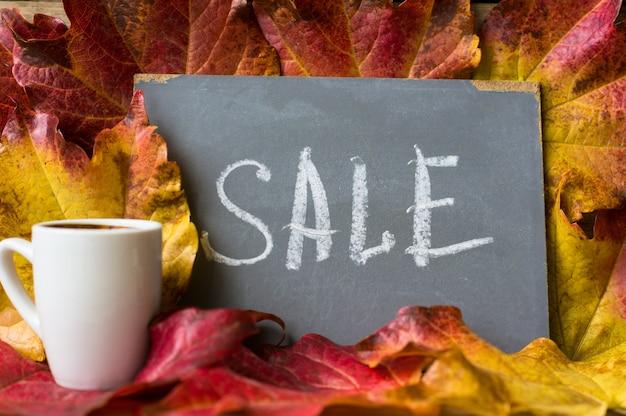 Herfst heldere bladeren met de kaart van de verkooptekst
