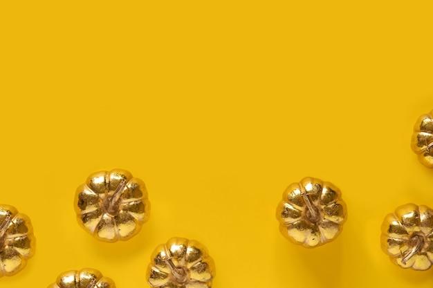 Herfst herfst thanksgiving day samenstelling met decoratieve gouden pompoenen