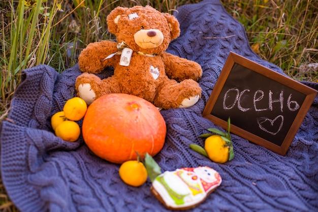 Herfst herfst vakantie achtergrond met pompoen oranje bladeren