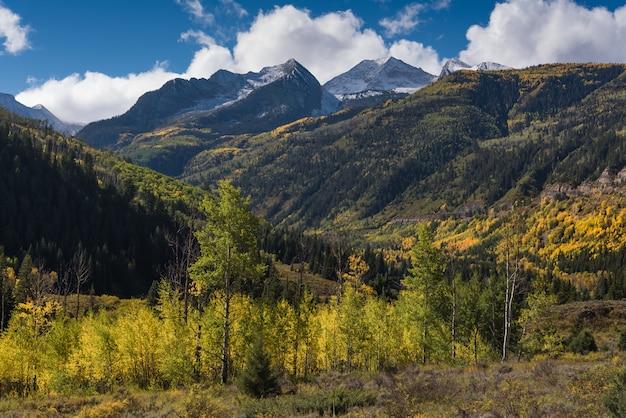 Herfst in colorado met sneeuw op de berg