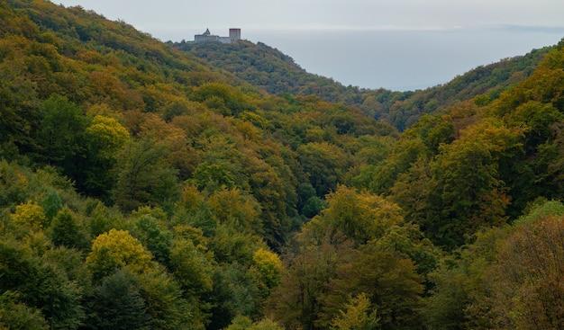 Herfst in de berg medvednica met het kasteel medvedgrad in zagreb, kroatië