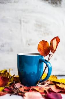 Herfst kopje americano koffie op rustieke achtergrond met kopie ruimte