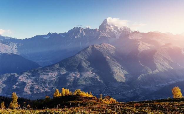 Herfst landschap en besneeuwde bergtoppen. uitzicht op de mou