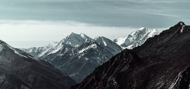 Herfst landschap in bergvalleien