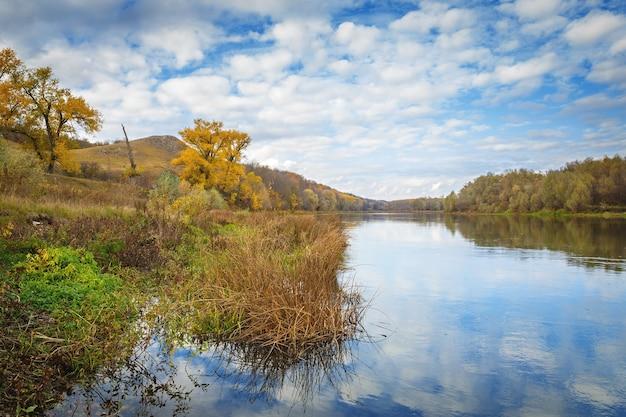 Herfst landschap in centraal rusland. uitzicht op de rivier de dons door de weerspiegeling van de bewolkte hemel.
