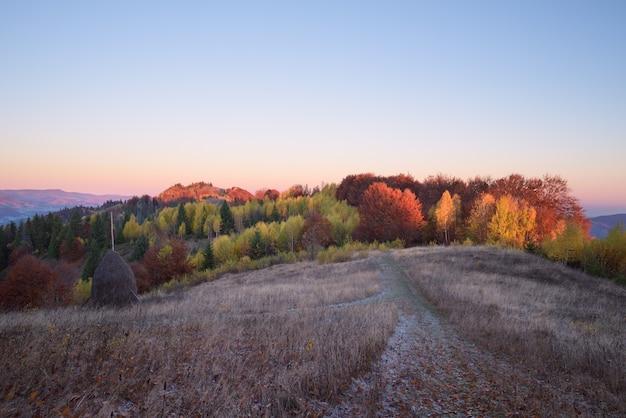 Herfst landschap in een bergdorp in de avond
