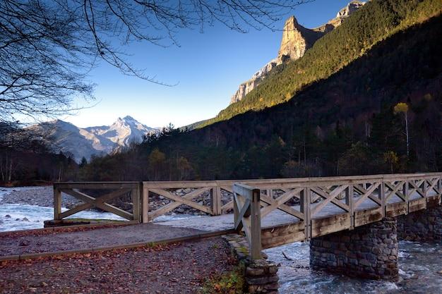 Herfst landschap in ordesa national park, pyreneeën, huesca, aragon, spanje