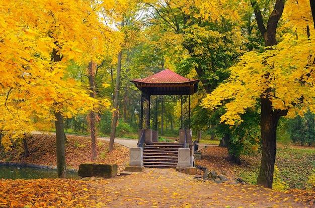Herfst landschap met gazebo in het park