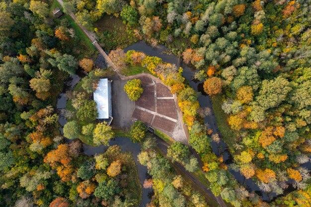 Herfst landschap, uitzicht vanaf de top van het stadspark met een leeg openluchtpodium, dobele, letland