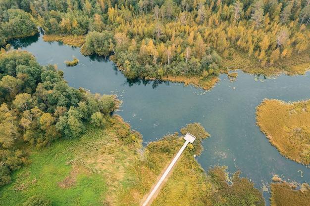 Herfst meer omgeven door bos izvara park, district volosovsky, regio leningrad, rusland. luchtfoto