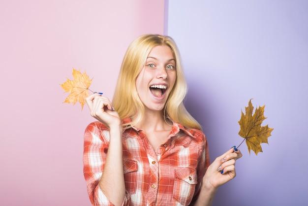 Herfst mode herfst stemming herfst vrouw herfst verkoop lachend meisje met bladeren meisje met gouden blad
