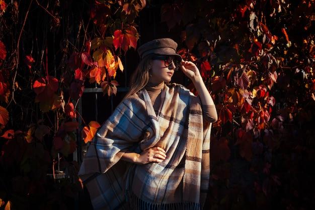 Herfst mode. jonge vrouw die modieuze uitrusting in openlucht draagt