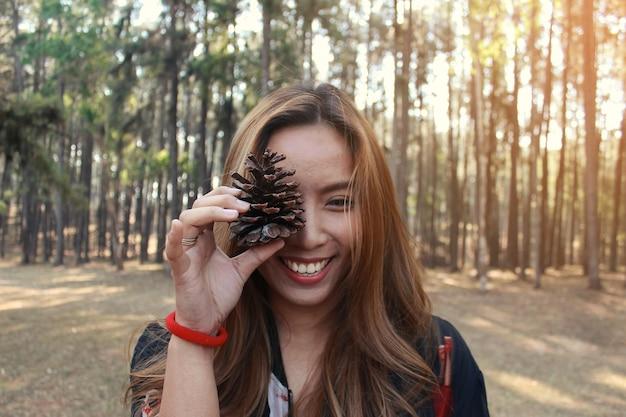 Herfst mode levensstijl concept. mooie jonge vrouw die in dennenbos loopt.