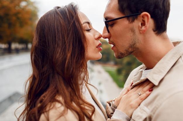 Herfst, mooie, vriend, casual, kaukasische, stad, paar, datum, dating, elegante, emotie, mode, gevoelens, vrouw, meisje, vriendin, glamour, knap, geluk, gelukkig, knuffel, kus, levensstijl, l