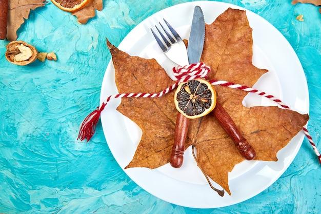 Herfst of herfst tabel couvert ingericht met herfstbladeren.