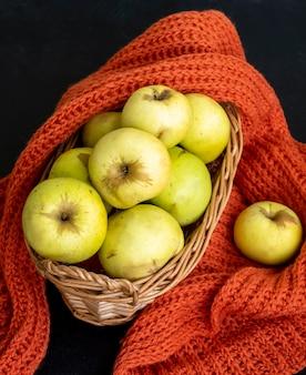 Herfst oogst. val concept. gele appels in een mand. donkere achtergrond. selectieve aandacht. bovenaanzicht.
