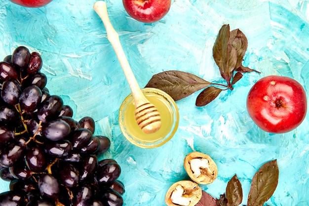 Herfst oogst voedsel stilleven met seizoensfruit druif, rode appels en vijgen.