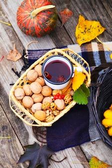 Herfst picknick. glühwein, pompoen, noten
