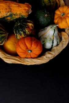 Herfst pompoen thanksgiving achtergrond - oranje pompoenen over zwarte tafel