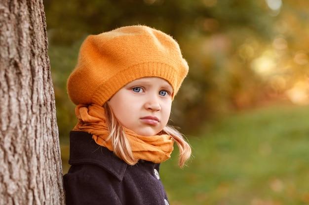 Herfst portret bedachtzaam meisje in gele baret
