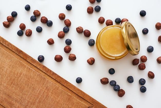 Herfst recepten. bijgesneden foto van de tafel en gedroogde bessen met honing erop verspreid
