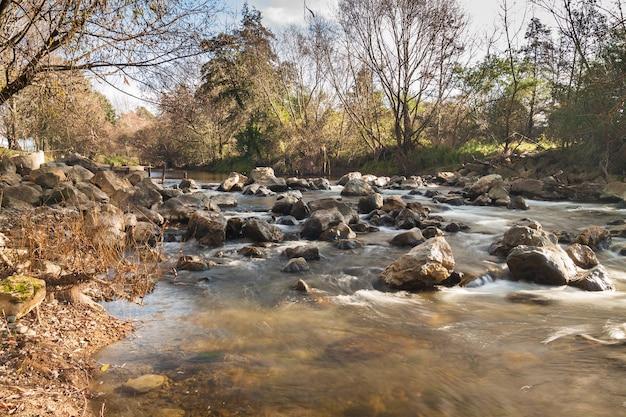 Herfst rivieroever landelijke stroomversnellingen natuur landschap