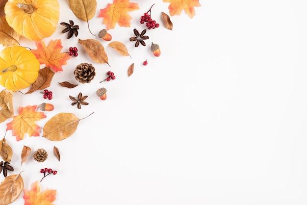 Herfst samenstelling. herfstbladeren op wit. plat leggen.