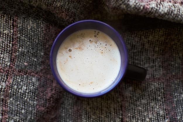 Herfst samenstelling kopje koffie plaid plat lag bovenaanzicht