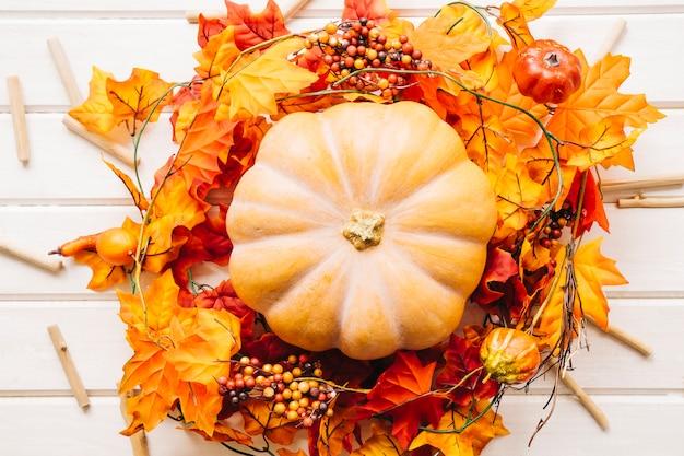 Herfst samenstelling met pompoen op herfstbladeren