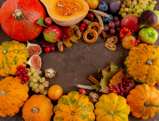 Herfst samenstelling thanksgiving concept fruit pompoen op een bruine achtergrond plat lag kopieerruimte