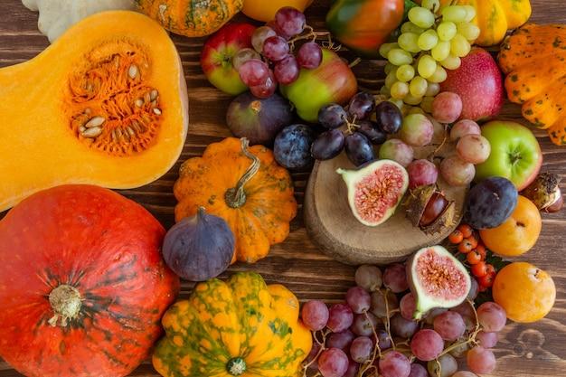 Herfst samenstelling thanksgiving concept veel voedsel fruit pompoenen oogst plat lag