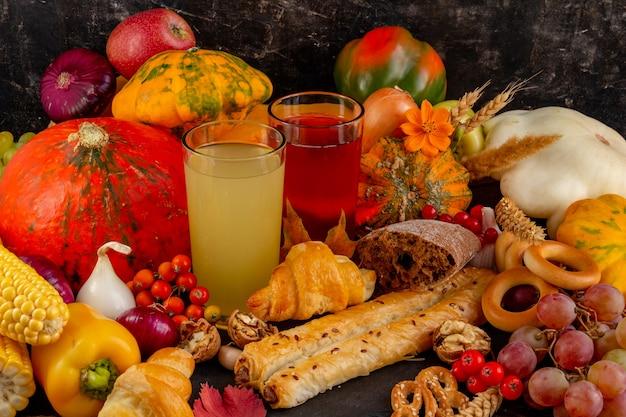 Herfst samenstelling thanksgiving of halloween concept stilleven met fruit pompoen groenten