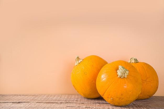 Herfst samenstelling, thanksgiving vakantie wenskaart. pompoen koken achtergrond, met herfst feestelijk decor, kleine pompoenen, kruiden, pecannoten, houten achtergrond kopie ruimte